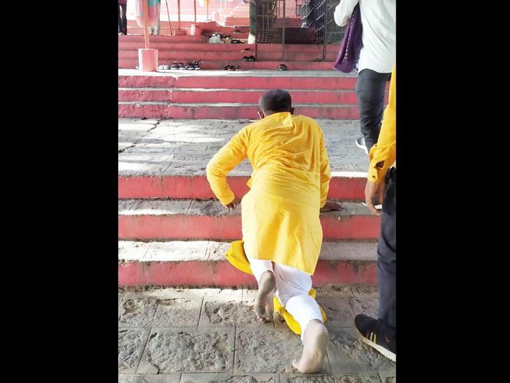 ચામુંડા માનાં મંદિરે કોઈએ બાધા માની તો કોઈએ ઘૂંટણિયા ભરીને માનતા પૂરી કરી|ચોટીલા,Chotila - Divya Bhaskar