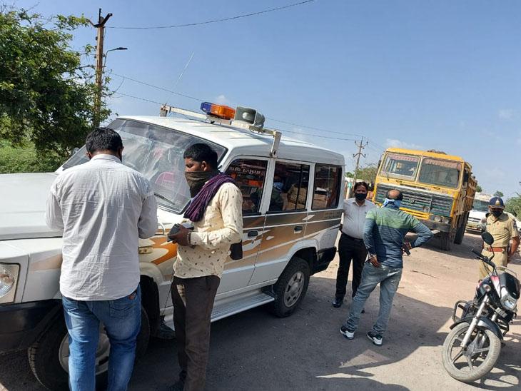 થાનગઢમાં ગેરકાયદેસર ખનીજ વહન કરતા વાહનોનું ચેકીંગ કરી સીઝ કરાયા હતા. - Divya Bhaskar