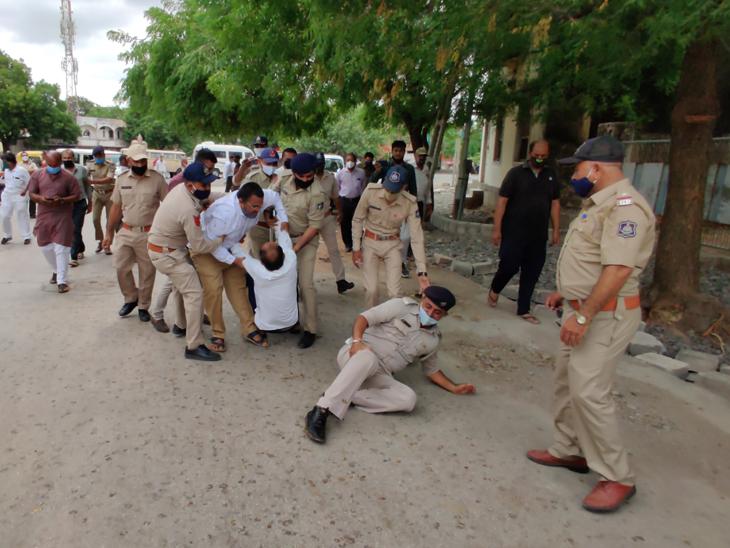 દેખાવકારોને પોલીસે ટીંગાટોળી કરી લઇ જવા પડ્યા - Divya Bhaskar