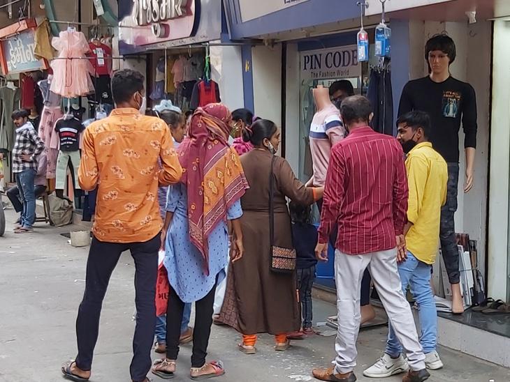 સવારે ગ્રામ્ય ઘરાકી અને સાંજે શહેરીજનો બજારમાં ખરીદી કરતા જોવા મળ્યા હતા - Divya Bhaskar