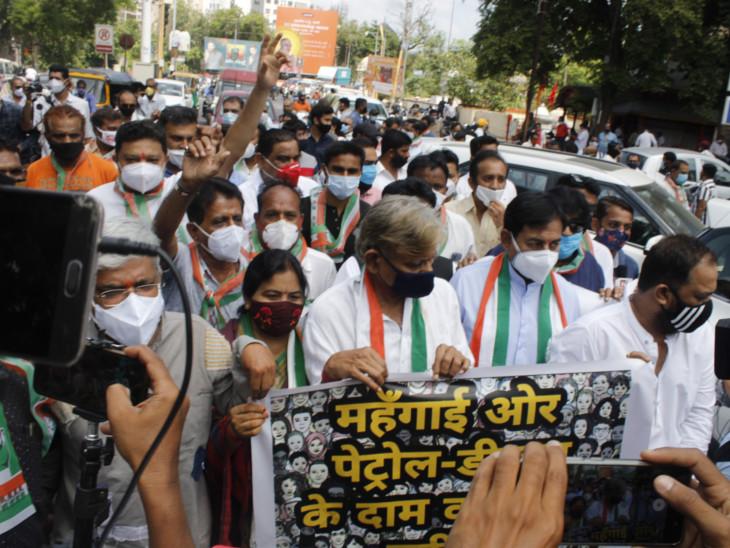 જાહેરનામાનો ભંગ કરી રહેલા કોંગ્રેસીઓની તસવીર - Divya Bhaskar