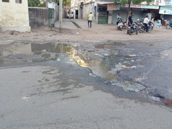 પાટણના વોર્ડ નંબર 6માં પાઈપલાઈન તૂટતાં પાણી રસ્તા પર રેલાતાં હાલાકી|પાટણ,Patan - Divya Bhaskar