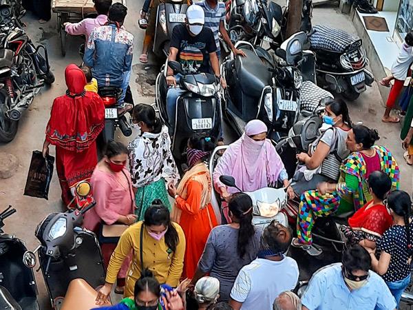 એમજી રોડ સહિતની મુખ્ય બાજારમાં ટ્રાફિક જોવા મળ્યો હતો. - Divya Bhaskar