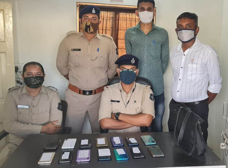 મોબાઇલ શોઘી કાઢનાર પોલીસ ટીમ - Divya Bhaskar