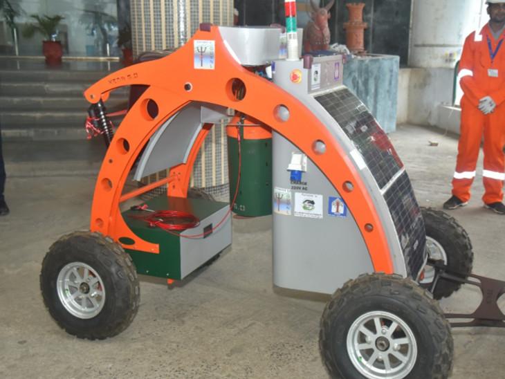 મશીન 15 મીટર ઊંડે ડ્રેનેજ ચેમ્બરમાં જઇ 100 કિલો સુધીનો કચરો ભેગો કરી તેને ચેમ્બરમાં એકઠો કરી સફાઇ કરી શકે છે.