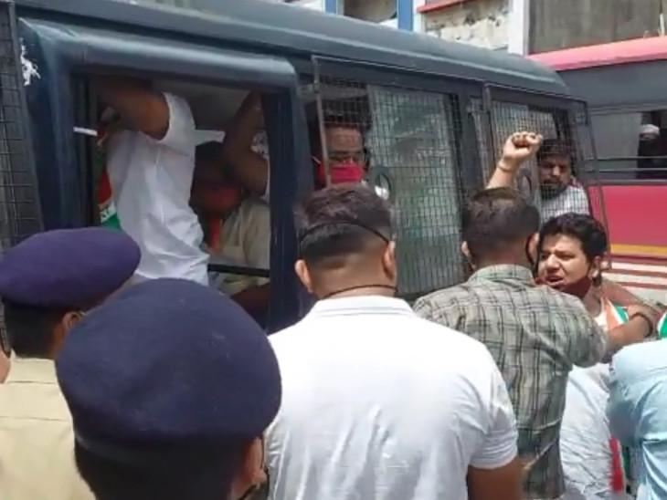 વિરોધ કરી રહેલા કોંગ્રેસીઓની પોલીસ અટકાયત કરી.