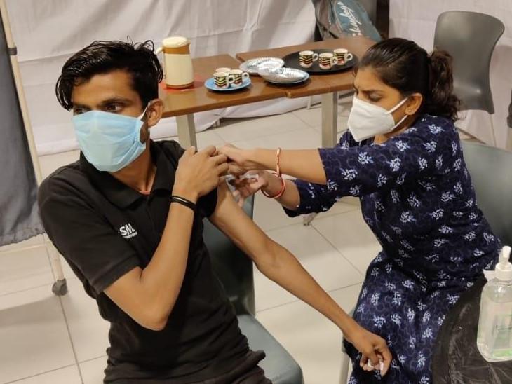 એક વિશાળ રસીકરણ ડ્રાઇવનું આયોજન કરવા અધિકારીઓ સાથે પણ કામ કરી રહ્યા છે.