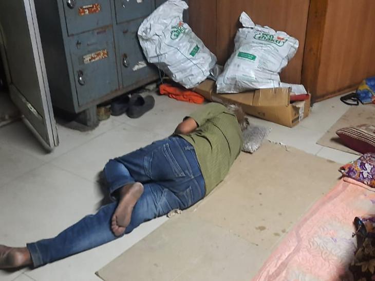 સ્થાનિકોએ રાત્રિના સમયે ઓફિસ જઈને કર્મચારી સૂતા હોય તેવા ફોટો પાડી લઈ જાહેર કર્યા હતાં. - Divya Bhaskar