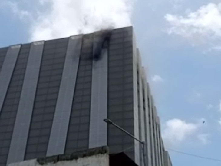 સોળમાં માળે શોર્ટ સર્કિટથી આગ લાગી હોવાનું સામે આવ્યું હતું. - Divya Bhaskar