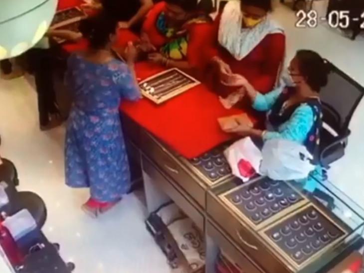 સુરતમાં માણકી જ્વેલર્સમાં ગ્રાહક બનીને આવેલી ત્રણ મહિલા 1 લાખની સોનાની ચેઈન ચોરી ફરાર|સુરત,Surat - Divya Bhaskar
