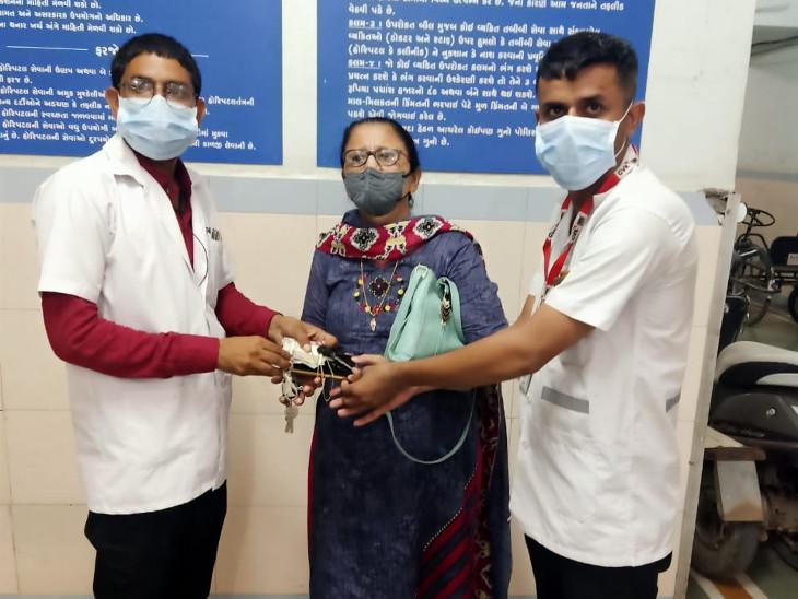 રાજકોટમાં અકસ્માત થતા ઘાયલ વ્યક્તિને પહેલા હોસ્પિટલ પહોંચાડી, બાદમાં 68 હજારનો મુદ્દામાલ 108ની ટીમે પરિવારને આપ્યો|રાજકોટ,Rajkot - Divya Bhaskar