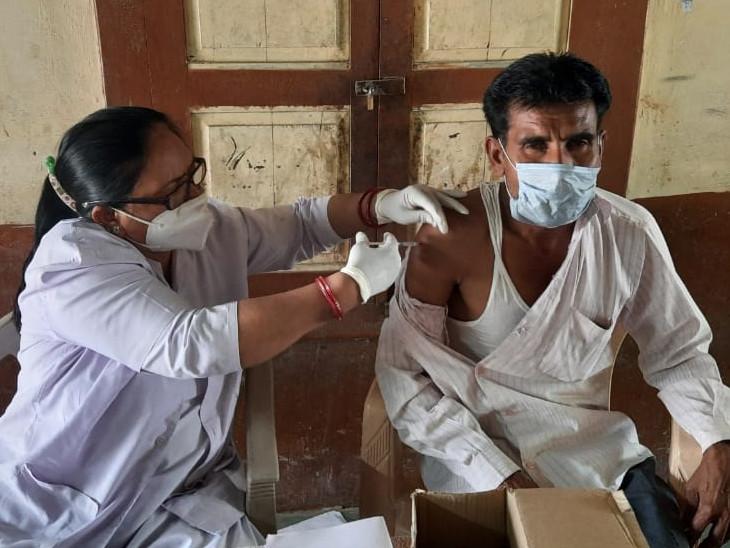 રસીકરણમાં સરપંચો, પંચાયત સદસ્યો, પદાધિકારીઓ અને સેવાભાવી આગેવાનો તથા પોલીસ તંત્રનો સહયોગ મળ્યો છે - Divya Bhaskar
