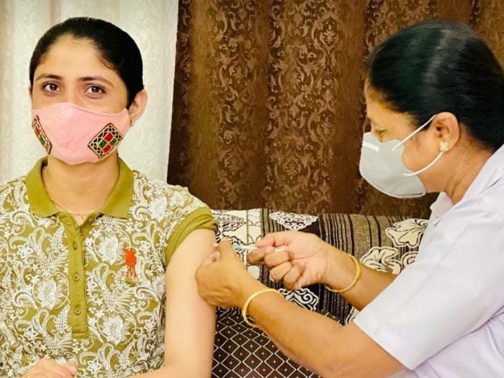 રસી લઈ રહેલી લોકગાયિકા ગીતા રબારી - Divya Bhaskar