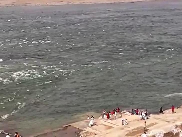 નર્મદા નદી બે કાંઠે વહેતા પ્રવાસીઓ ઉમટ્યા હતા
