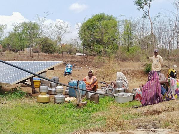 આમલગુંડીની સોલાર પુરવઠા યોજના વાદળછાયા વાતાવરણમાં ઠપ, 700 લોકોની પાણી માટે રઝળપાટ|સોનગઢ,Songadh - Divya Bhaskar