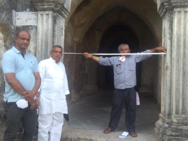 દોલત ભવનમાં બંને દરવાજાના માપ લેવામાં આવ્યા હતા. - Divya Bhaskar