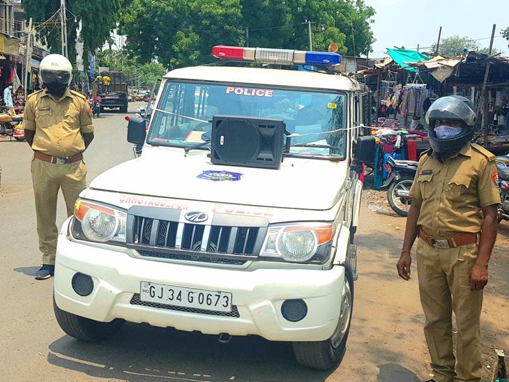 નસવાડી પોલીસે હેલમેટ બાઈક સવાર પહેરે માટે માઈકથી અપીલ કરી હતી. - Divya Bhaskar