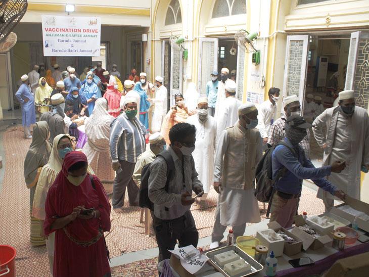 માંડવી હુસામી મસ્જિદ ખાતે શનિવારે મેગા વેક્સિનેશન કેમ્પનું આયોજન કરાયું હતું. - Divya Bhaskar