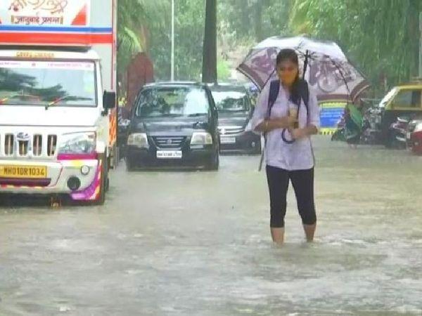 મુંબઈમાં ધોધમાર વરસાદથી રસ્તા પર પાણી ભરાયા