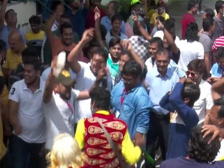 સુરતમાં લાલભાઈ ક્રિકેટ સ્ટેડિયમમાં ક્રિકેટ રસિકોએ મેચ પૂર્ણ થઇ ગયા બાદ વિજય ઉત્સવ મનાવ્યો, સોશિયલ ડિસ્ટન્સના લીરેલીરા સુરત,Surat - Divya Bhaskar