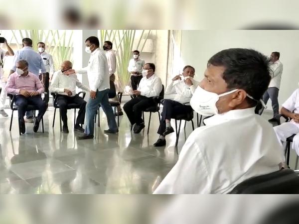 બેઠકમાં સમાજલક્ષી અને રાજકીય પ્રશ્નો અંગે ચર્ચા કરવામાં આવી હતી