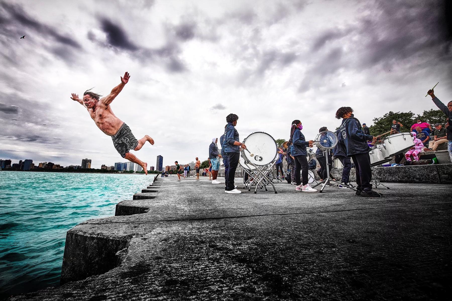 કોરોના મહામારીમાં સ્ટ્રેસમાંથી હાશકારો મેળવવા બસ ડ્રાઈવરે સતત 365 દિવસ તળાવમાં છલાંગ મારી|લાઇફસ્ટાઇલ,Lifestyle - Divya Bhaskar
