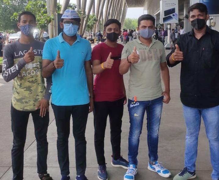 દિલ્હીના સીએમ કેજરીવાલને મળવા મહેસાણાના વિસનગરથી પાટીદાર યુવા પ્રશંસકો અમદાવાદ પહોંચ્યા|અમદાવાદ,Ahmedabad - Divya Bhaskar