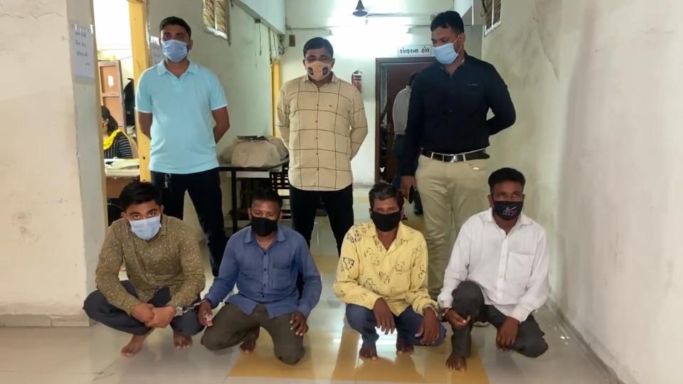 વલસાડના ધરમપુરમાંથી 4 શખ્સો 500ના દરની 148 નકલી નોટ સાથે ઝડપાયા, મહારાષ્ટ્રમાં છાપી ગુજરાતમાં વટાવતા હોવાનો ખુલાસો|વલસાડ,Valsad - Divya Bhaskar