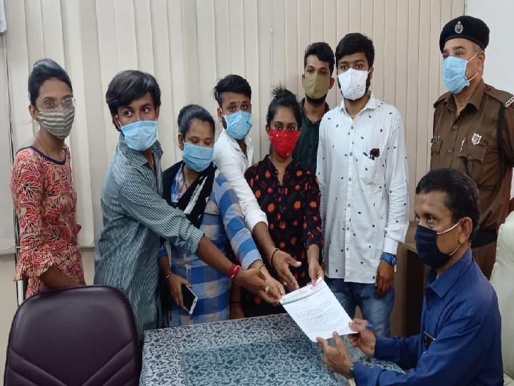 જીજી હોસ્પિટલમાં એટેન્ડન્ટ તરીકે ફરજ બજાવતા કર્મચારીઓને પગાર ના મળતા રજૂઆત જામનગર,Jamnagar - Divya Bhaskar