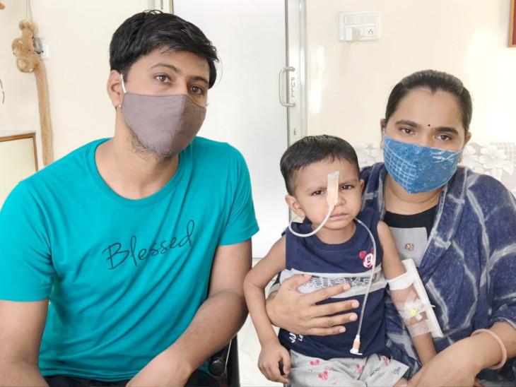 સર્જરી કરેલા બાળક સાથે તેના માતા-પિતાની તસવીર - Divya Bhaskar