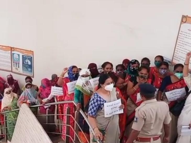 આશા વર્કરો દ્વારા હિંમતનગર જિલ્લા પંચાયત  ખાતે સૂત્રોચ્ચાર કરી આરોગ્ય કર્મીને પરત લેવા રજૂઆત કરાઇ હતી - Divya Bhaskar