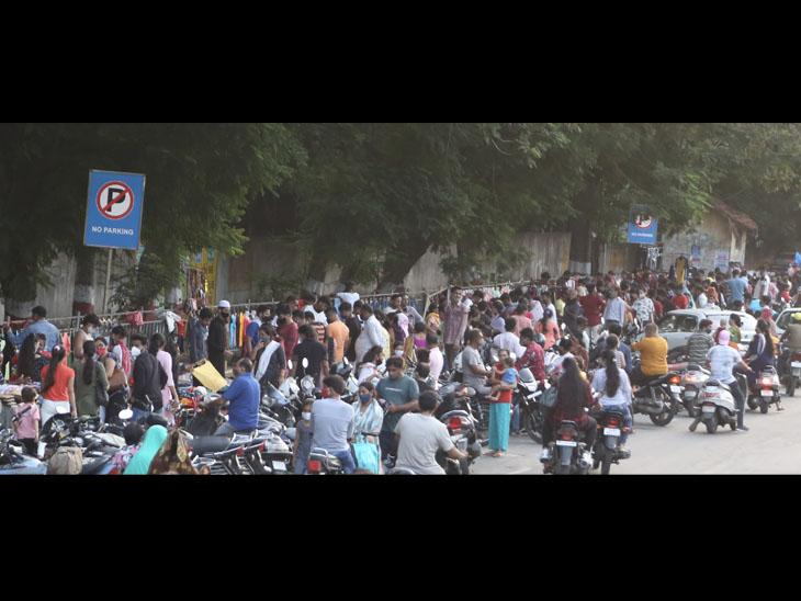 ગૌરવપથ-યુનિવર્સિટી રોડ પર લોકોનું ડિસ્ટન્સિંગ છતાં પોલીસની 'દાદાગીરી', દંડા બતાવી ભગાડ્યા|સુરત,Surat - Divya Bhaskar