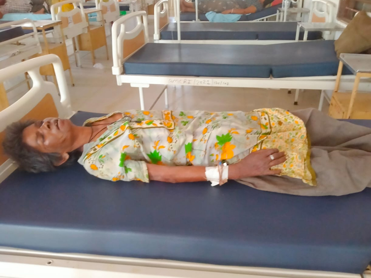 ડીસામાં કચરામાં ફેંકી દેવાયેલી 80 વર્ષની વૃધ્ધાને પાલનપુર ટ્રોમા સેન્ટરમાં સારવાર અપાઈ રહી છે. - Divya Bhaskar