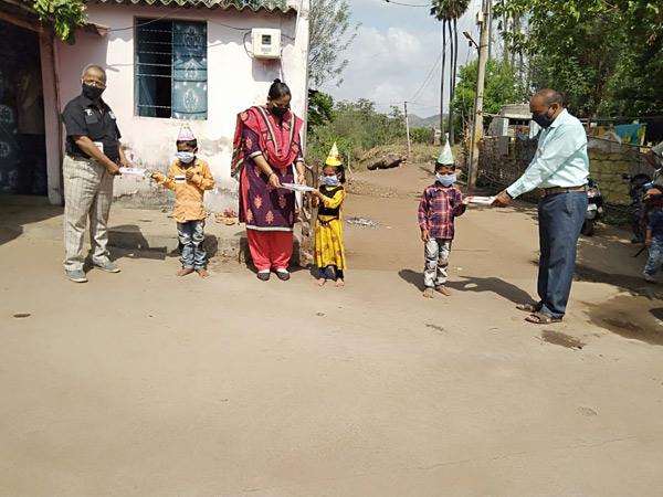નર્મદા જિલ્લામાં ધો-1માં પ્રવેશ મેળવેલા બાળકોનું શિક્ષકો દ્વારા ફળિયામાં જઈને અનોખી રીતે પ્રવેશોત્સવ કરાવાઈ રહ્યો છે. - Divya Bhaskar