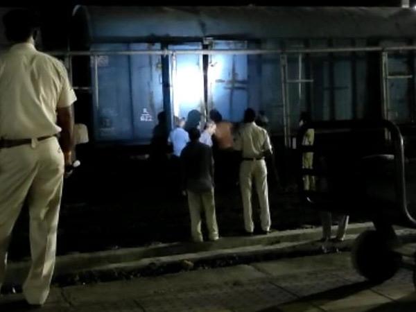 ગોધરા રેલવે સ્ટેશન ખાતે ગૂડઝ ટ્રેનનો દરવાજો ખૂલતા કામગીરી કરી હતી. - Divya Bhaskar
