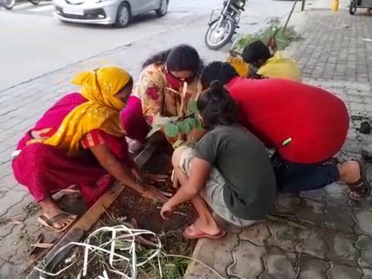 લોકો પણ મહિલા શિક્ષકને વૃક્ષારોપણમાં સહકાર આપી રહ્યાં છે.