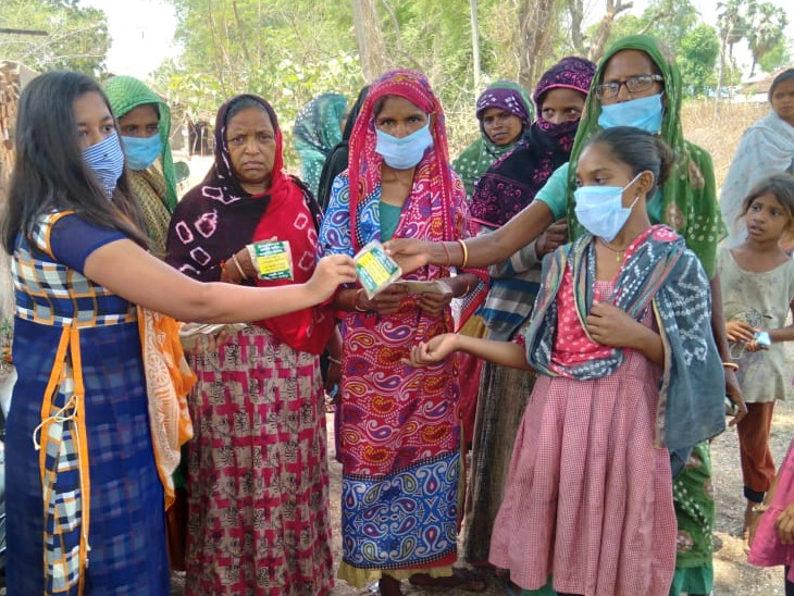 વિદ્યાર્થિની આદિવાસી વિસ્તારોમાં ઘરે-ઘરે જઇને 'રસી મૂકાવો, જિંદગી બચાવોનો' મેસેજ આપે છે