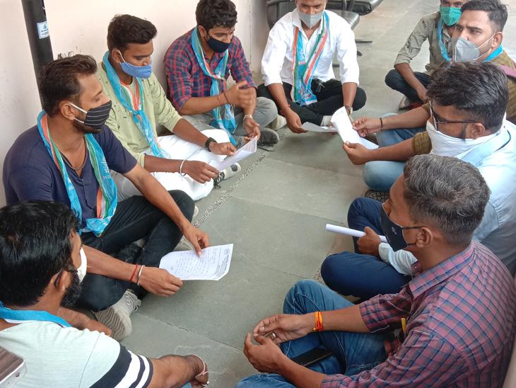 DPOએ આવેદન ના સ્વીકાર્યું તો NSUI ના કાર્યકર્તાઓએ રામધૂન બોલાવી પાલનપુર,Palanpur - Divya Bhaskar