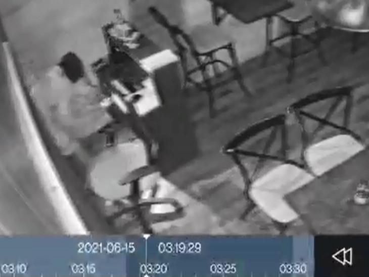 તસ્કરો મોલના ત્રણ CCTVના કેબલો કાપવાના ભૂલી ગયા હતા. જેથી એક તસ્કર તે CCTV કેમેરામાં કેદ થઇ ગયો