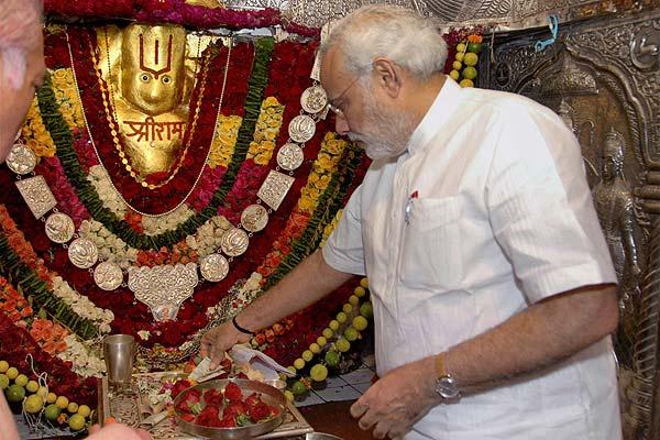 2010માં કેમ્પ હનુમાન મંદિરના દર્શને ગયેલા ગુજરાતના તત્કાલીન મુખ્યમંત્રી નરેન્દ્ર મોદી