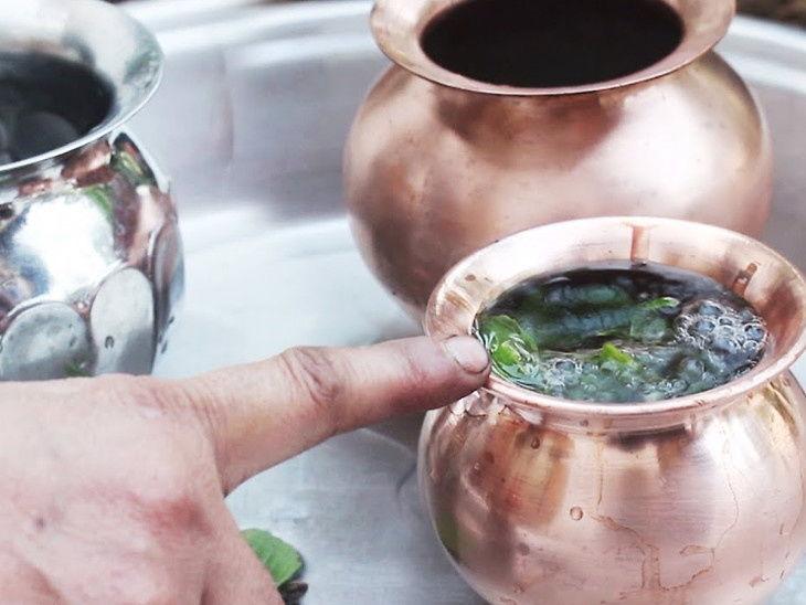 ઘરમાં ગંગાજળ રાખવાની પરંપરાઃ તાંબા, ચાંદી કે સોનાના વાસણમાં ગંગાજળ રાખવું જોઇએ|ધર્મ,Dharm - Divya Bhaskar