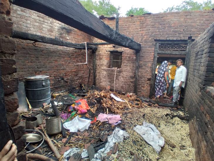 ગોધરા તાલુકાના ગોલી ગામે ઉંદર દીવો ખેંચી લઇ ઘાસ પર નાખતાં 3 મકાનો આગમાં બળીને ખાખ થયા. - Divya Bhaskar