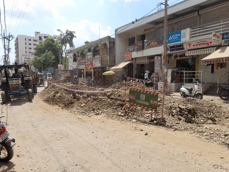 દાહોદશહેરનાગોદીરોડવિસ્તારમાંપ્રોજેક્ટઅંતર્ગતખોદાયેલોખાડો. - Divya Bhaskar