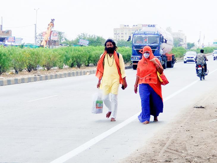 ખુલ્લા પગે ભારતભ્રમણે નીકળેલા રાજસ્થાન રાજ્યના દંપતીનું દાહોદમાં પગપાળા આગમન થયું હતું. - Divya Bhaskar