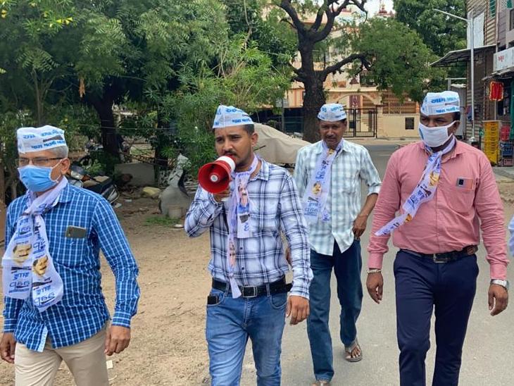આપના નેતાઓએ સેક્ટર-13 ઓમકાર સ્કૂલેે યોજાયેલા રસીકરણમાં ભાગ લેવા માટે માઈક પર જાહેરાત કરીને લોકોને અપીલ કરી હતી. - Divya Bhaskar
