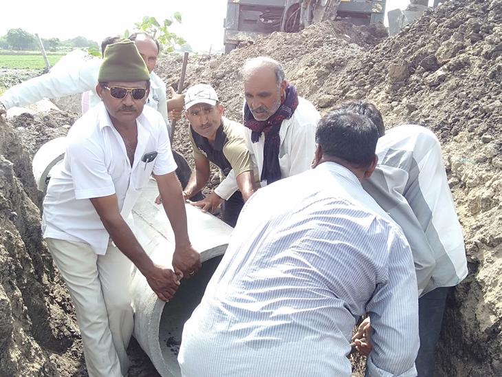 પાણી અગતરાય ગામના તળાવ માં જઈ શકે તે માટે સિમેન્ટના ભુંગળા નાખ્યા હતા. - Divya Bhaskar