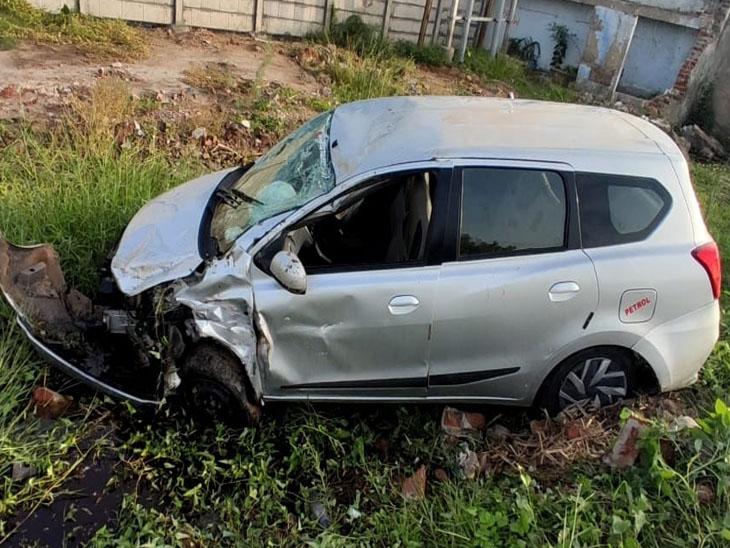 કાર હાઇવેના સાઇડના ખાડામાં પલટી ખાઇ ગઇ હતી. - Divya Bhaskar