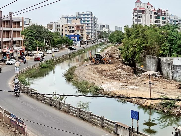 શહેરની મધ્યમાંથી નિકળતી આ કેનાલ આગામી સમયમાં ભૂતકાળ બની જશે. - Divya Bhaskar