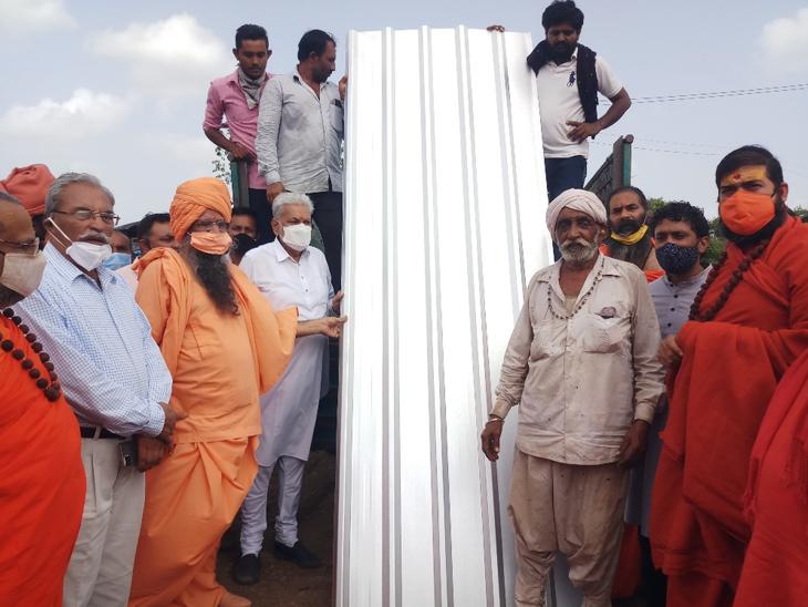 વિસાવદર ખાંભડા નેસ વિસ્તારમાં સવારે સ્ટીલના પતરાનું વિતરણ કરાયું - Divya Bhaskar