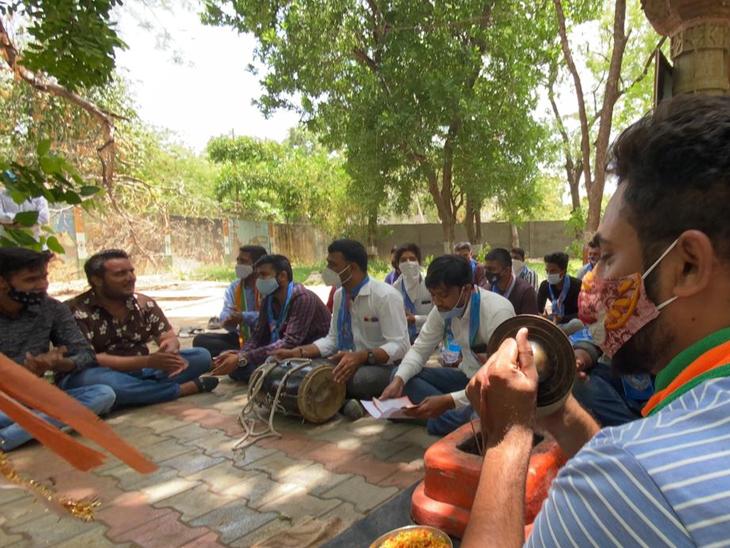 રામ મંદિરના જમીન ગોટાળા મામલે NSUI મેદાનમાં: હનુમાન ચાલીસા, રામ ધુન અને ભજન કરીને વિરોધ કર્યો|અમદાવાદ,Ahmedabad - Divya Bhaskar